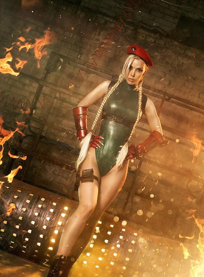 Горячий Косплей на Кэмми  из Street Fighter в исполнении Freia D.N.A. Raven Игры
