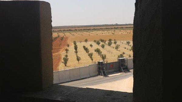 Турецкие военнослужащие устанавливают бетонные укрепления на севере Сирии