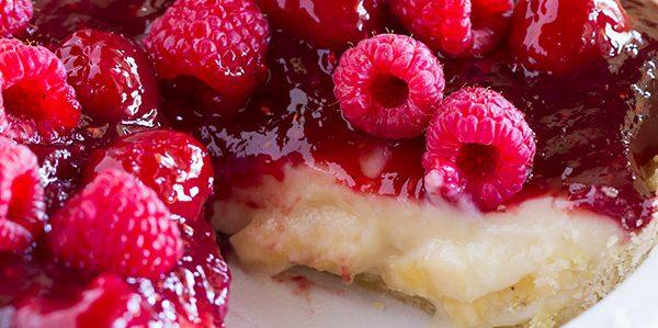 Пирог с малиной, бананами и сливочным кремом
