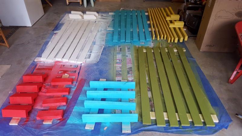 Он покрасил доски во все цвета радуги, чтобы сделать это чудо из обычных деревянных досок!