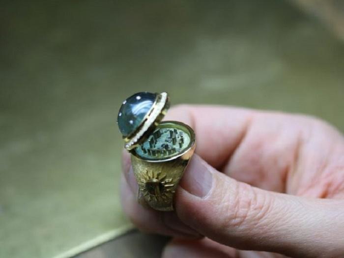 Дизайнер смастерил перстень и запрятал в него достопримечательность
