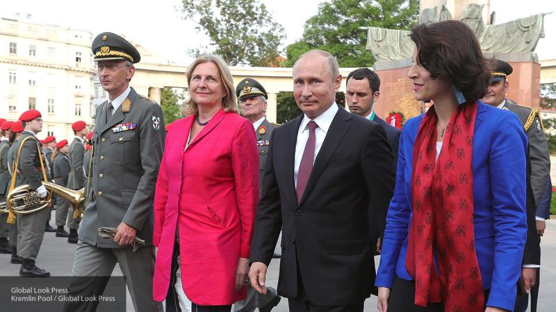 Появились фото, на которых Путин душевно поздравляет молодоженов Кнайсль и Майлингера в Граце