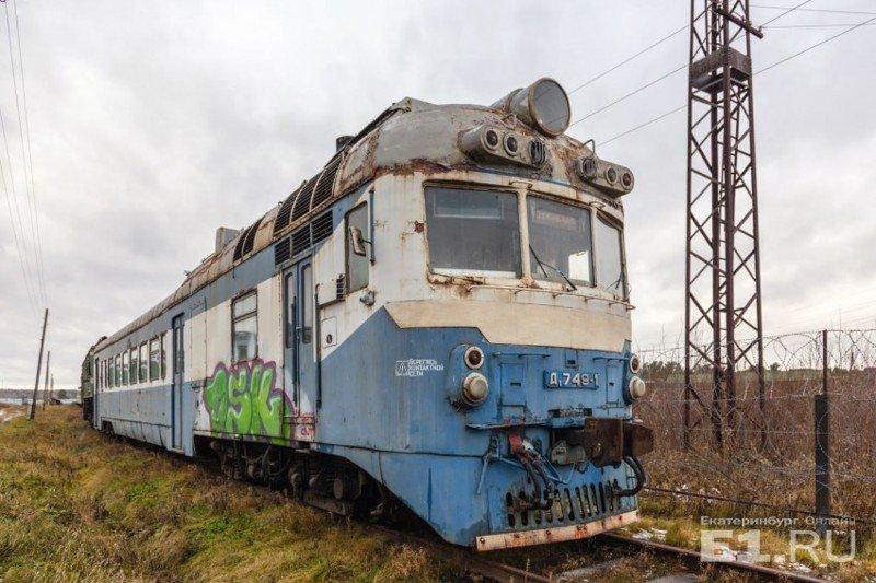 Дизель-поезд Д1, который с 1964 по 1988 год выпускался на венгерском заводе МАVAG. Широко использовался на железных дорогах СССР. Судя по сохранившейся табличке, данный экземпляр эксплуатировался в Московской области. история, поезда, раритет, ржд