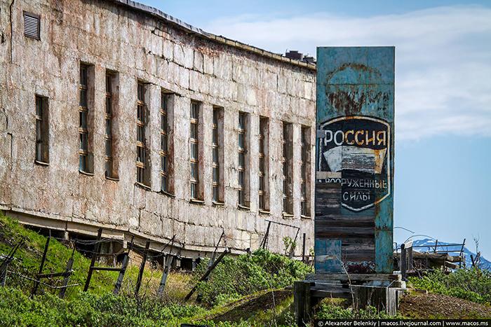 Военные находились в городе до 2002 года. Здесь сохранились вывески не только времен СССР, но и современной России.