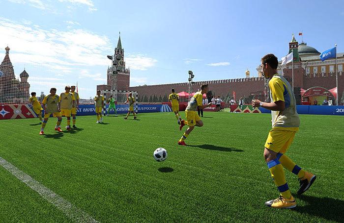 Праздник футбола: парк FIFA на Красной площади и многолюдная Никольская