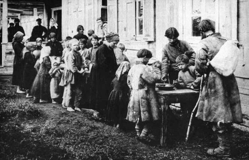 Дети получают бесплатные обеды в народной столовой село Новая Слобода. Во время голода 1892 г история, ретро, фото