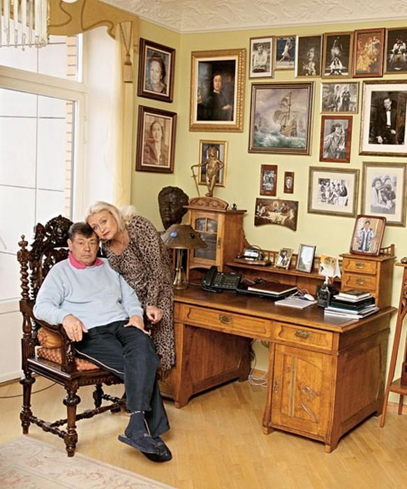Огромная квартира и роскошные дома: вдове и родному сыну Николая Караченцова предстоит делить наследство