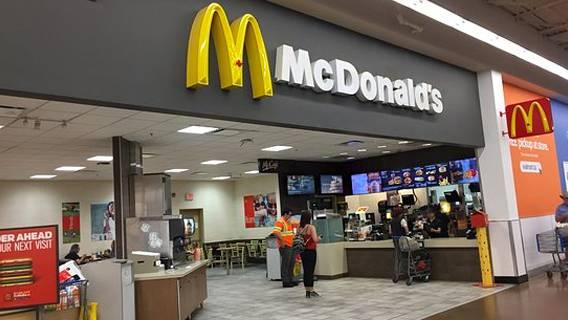 McDonald's закрывает сотни своих ресторанов в магазинах Walmart