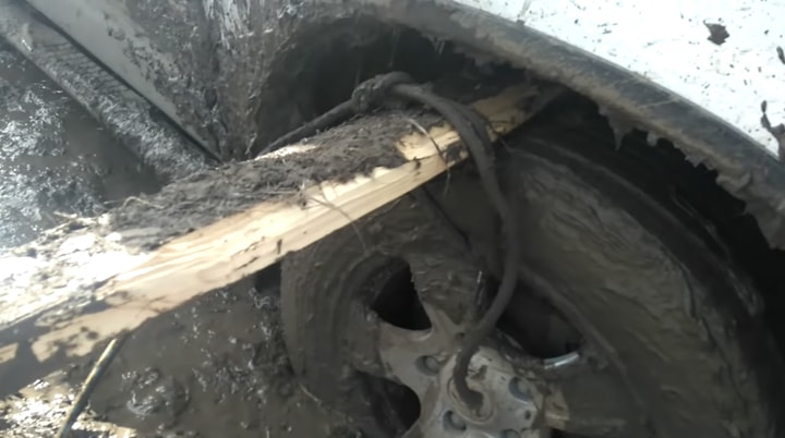 Простейший способ вытащить машину из грязи с помощью подручных средств