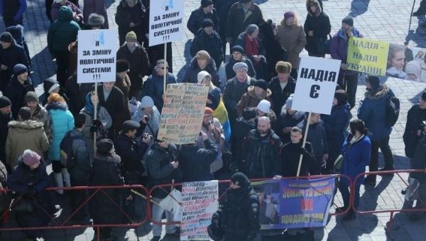 УВерховной Рады идут митинги как за, так ипротив Савченко