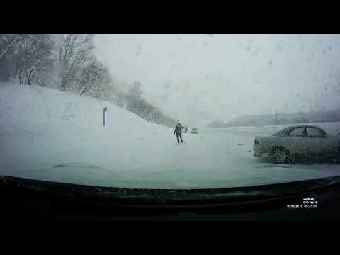 На трассе Южно-Сахалинск - Холмск автомобиль на скорости врезался в стоящую машину