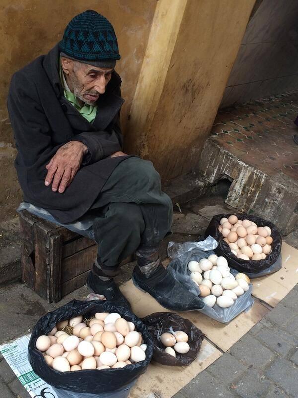 """""""Она спросила его: """" По сколько ты продаешь яйца?""""Старый продавец ответил: """"25 центов за яйцо, мадам. """""""