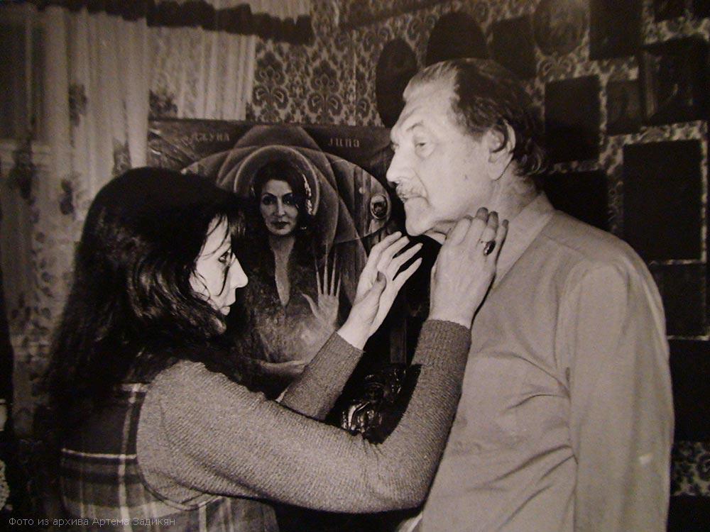 Джуна Давиташвили лечит пациента энергией своих рук