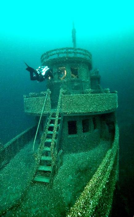 Затонувшее судно на дне озера в Канаде.