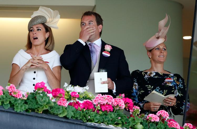 Внук Елизаветы II Питер Филлипс был замечен после развода в компании бывшей девушки принца Гарри Монархи,Британские монархи