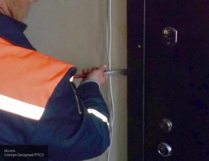 Смоленские спасатели спасли из запертого помещения двух женщин и ребенка