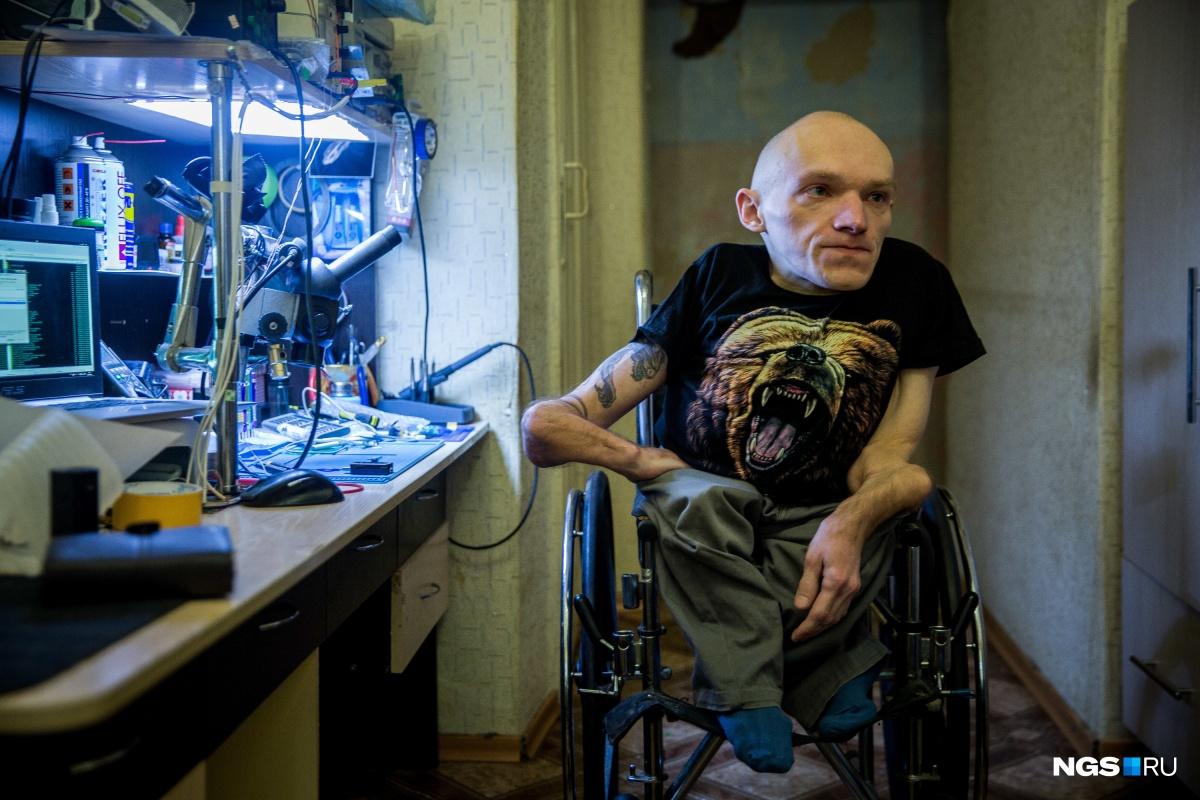 Человек из стекла: мальчик с очень редкой болезнью вырос и стал мастером на все руки