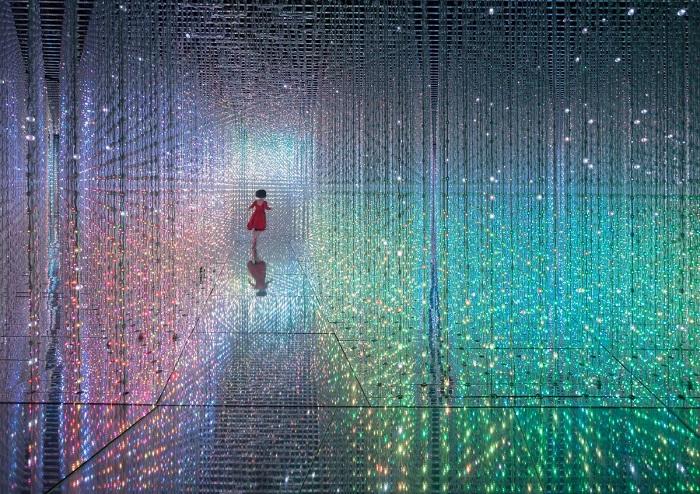 Девушка в зеркальном лабиринте Гонконг, Китай. Автор фотографии: Дэниел Чунг (Daniel Cheung).