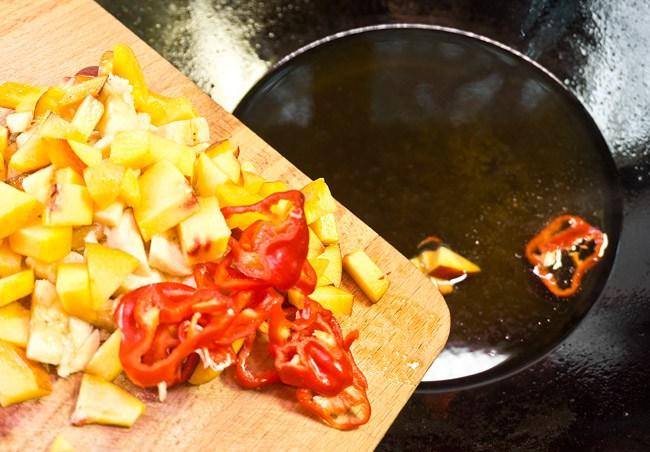добавление фруктов и овощей к соусу для куриных крылышек