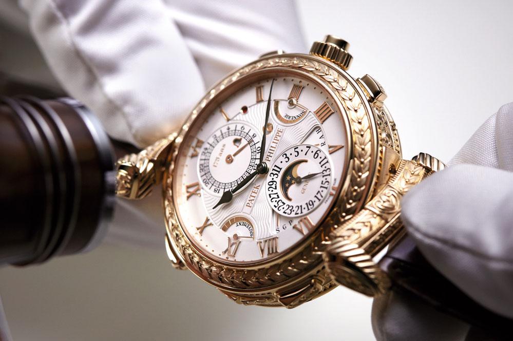 Аристократы и просто богачи, чтобы блеснуть в свете, стали всё чаще использовать часы в качестве предметов роскоши.