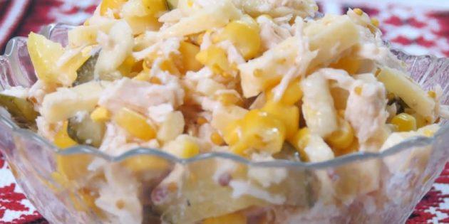 Салат с яблоком, курицей, сыром, огурцами, кукурузой и горчичной заправкой