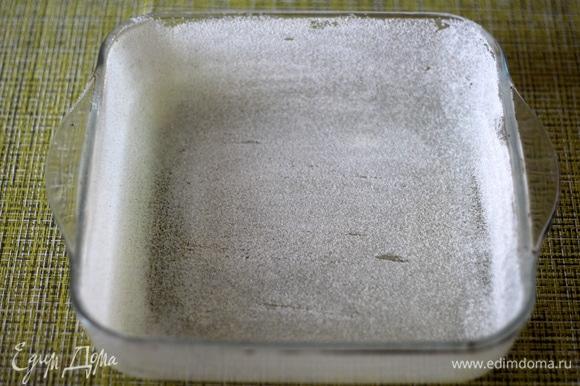 Форму для выпечки смазать тонким слоем растительного масла и обсыпать манкой.