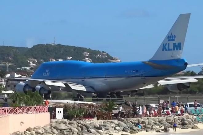 Туристы наблюдали за самолетом прямо с пляжа. Когда он взлетел, людей просто сдуло в море