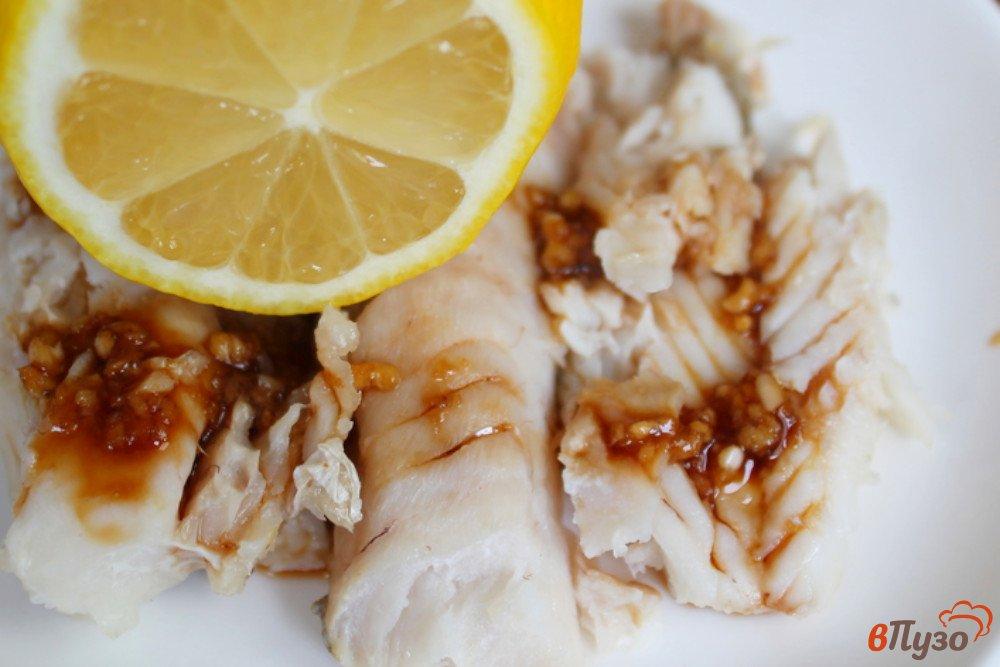 Фото приготовление рецепта: Хек с чесноком и соевым соусом шаг №4