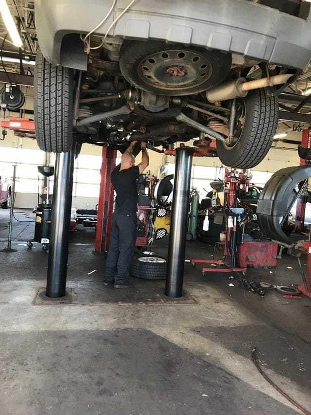 8. Этот механик оставил все свои планы, чтобы помочь паре, чей автомобиль вышел из строя в самый неудачный момент. Он остался на четыре часа после закрытия мастерской и помог им починить машину в мире, добро, истории, люди, позитив, фото