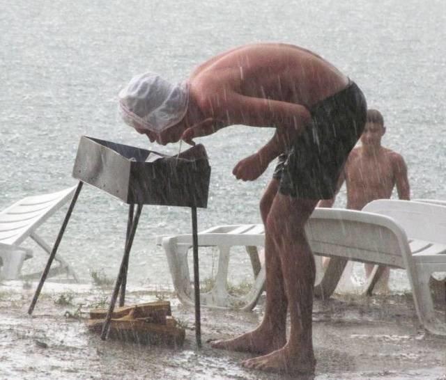 Молния и гром гремит, дождик весело шумит! Город весь водой умылся, наш шашлык жопой накрылся! животные, люди, неудача, плохой день, прикол, фейл, юмор