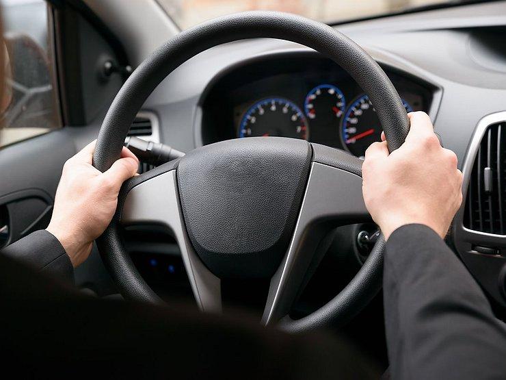 Автомобильный руль грязнее унитаза: как правильно ухаживать за «баранкой» автомобиль