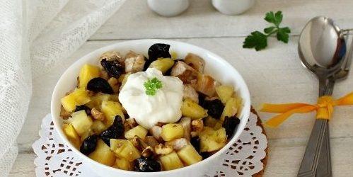 Салат с черносливом, курицей, ананасами и орехами