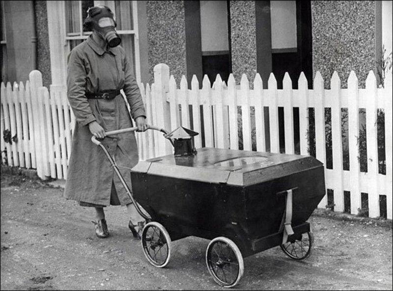 Женщина с ребенком в коляске, готовые к газовой атаке, Англия, 1938. жизнь, прошлое, ситуация, факт
