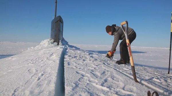 Потешный гегемон: Подлодка ВМФ США на учениях в Арктике при всплытии намертво примерзла ко льду