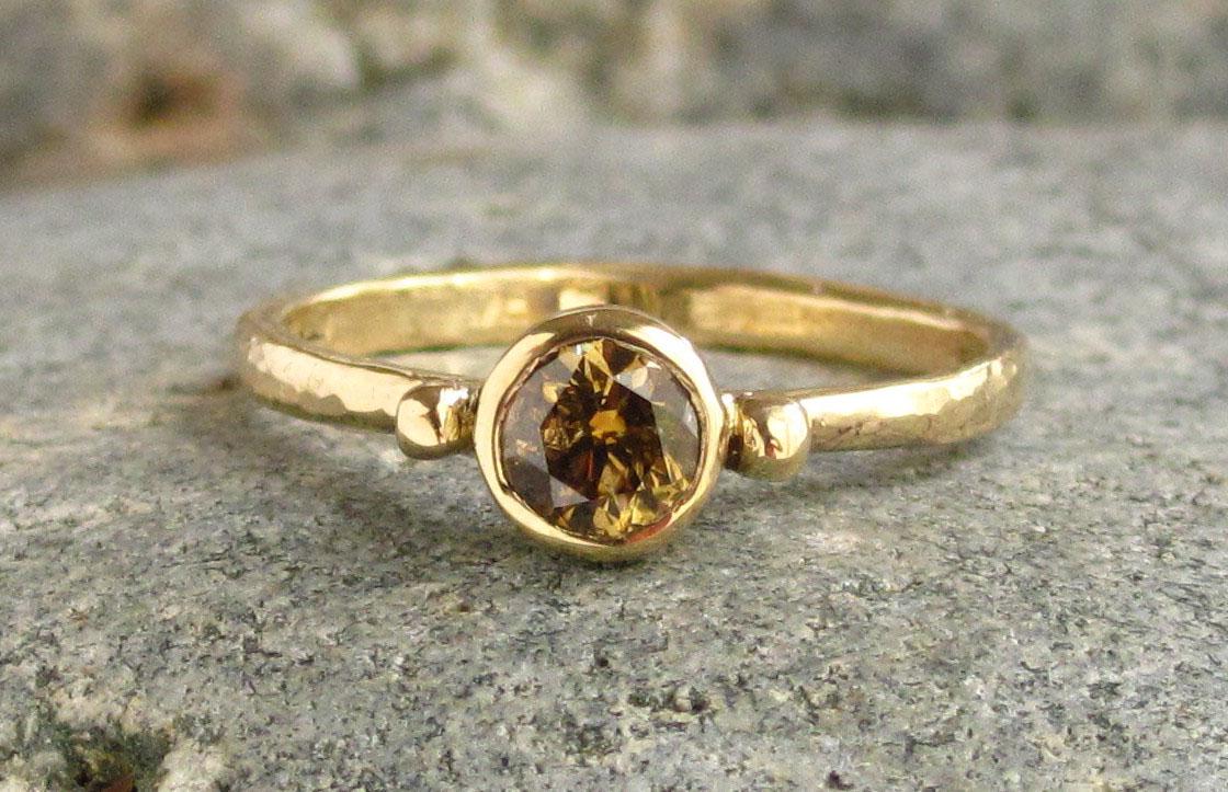 Если такое кольцо приснилось женщине, то это значит, что у нее слишком тяжелый и несгибаемый характер.
