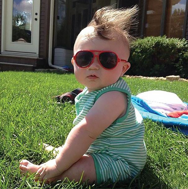 Ну вот, ветер испортил укладку. А я так старательно зачесывал волосы на лысину волосатые, младенцы, смешные дети