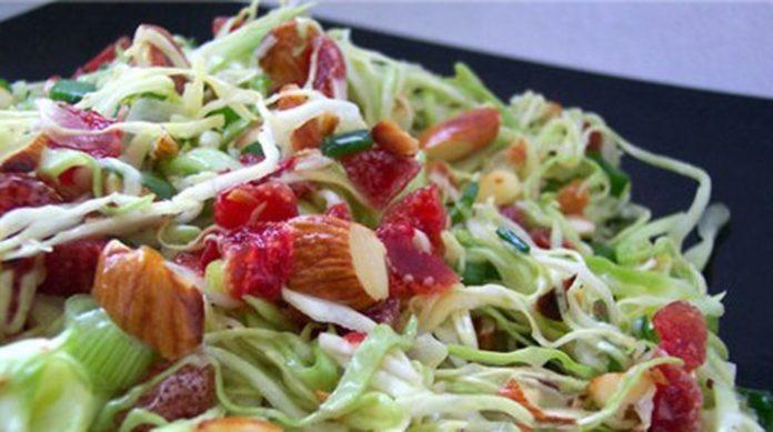 Оригинальный салат из капусты с жареным миндалем и вяленой клюквой