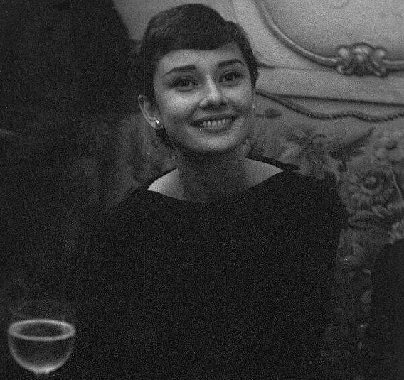 15. Одри Хепберн, Париж, 1955 г. Instagram, звезды, знаменитости, знаменитости в молодости, известные, редкие фото, селебрити, старые фото