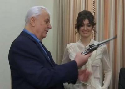 Первый Президент Кравчук не чувствует себя в безопасности, поэтому ложится спать с пистолетом