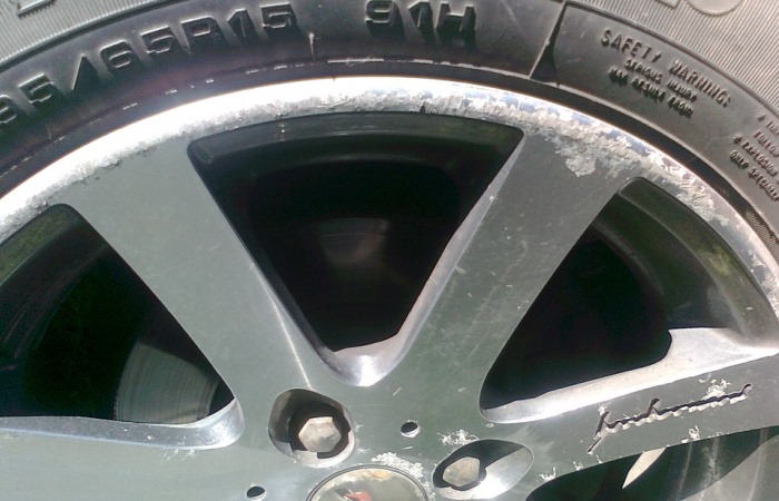 Как избавиться от сколов и царапин на колесных дисках автомобиля своими силами: наглядная инструкция