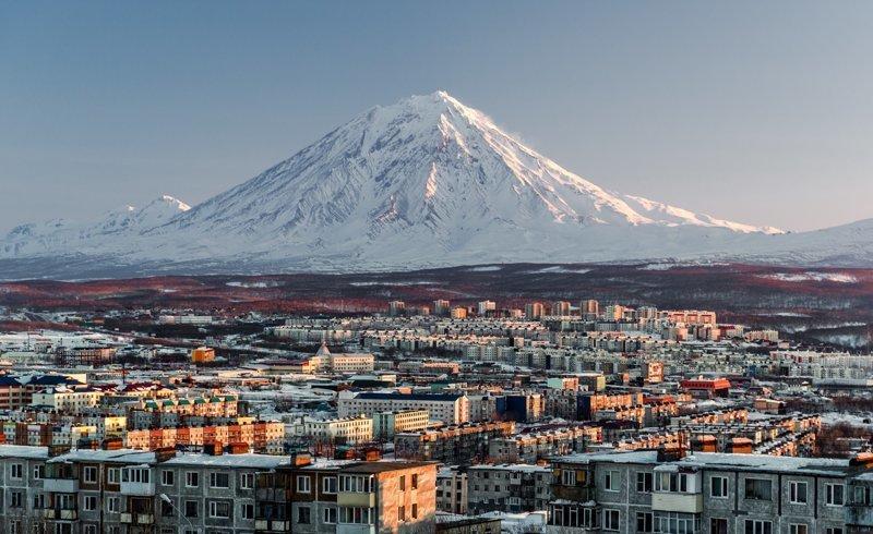 Авачинский вулкан—пожалуй, первое, что вы увидите, прибыв в этот чудный край! В Петропавловске-Камчатском его видно отовсюду, ведь находится этот действующий вулкан всего-то в 30 километрах от города. Из-за своей близости к столице является самым ч Russia, travel, животные, камчатка, факты