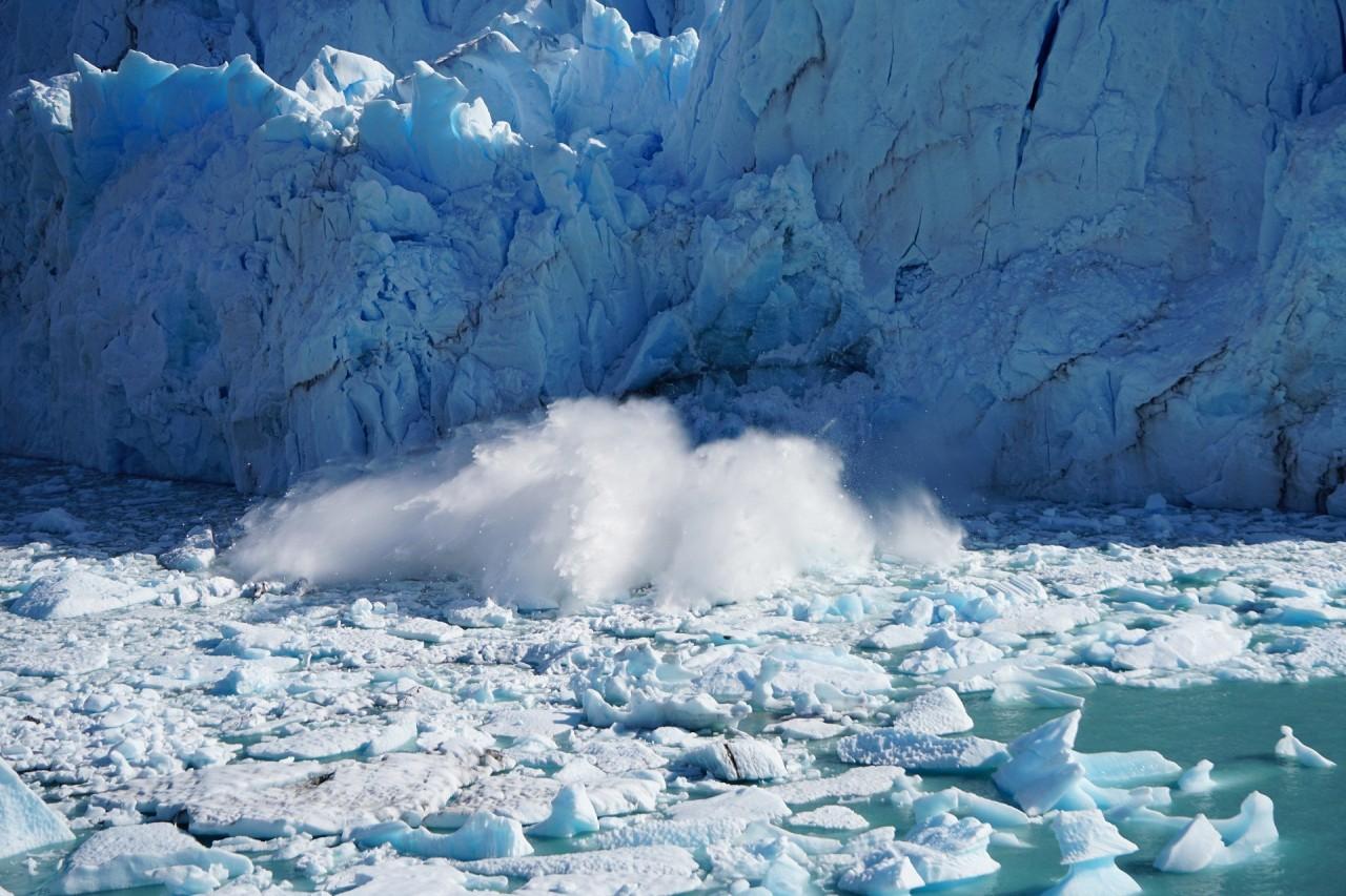 Ледник Перито-Морено, Аргентина. Фотограф - Мэтт Брох. На снимке запечатлен момент падения отколовшейся глыбы льда красивые места, красота, ледник, ледники, природа, путешественникам на заметку, туристу на заметку, фото природы