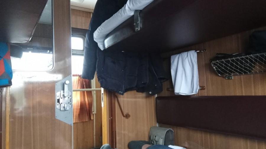 Имеет ли право пассажир поезда снизу не пускать верхнего соседа к столику?