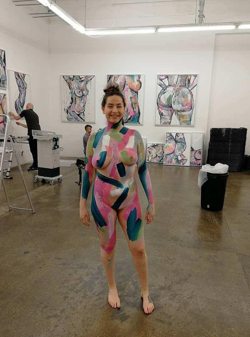 """Художница провела выставку обнаженных картин, попросив женщин """"прислать фото ню"""""""