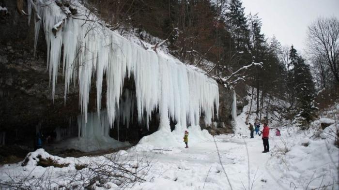Скала с замерзшим водопадом …