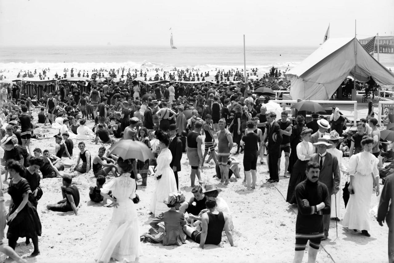 Летний день на пляже в Атлантик-Сити, примерно 1905 г. 100 лет назад, 20 век, архивные снимки, архивные фотографии, пляж, пляжный отдых, черно-белые фотографии, чёрно-белые фото
