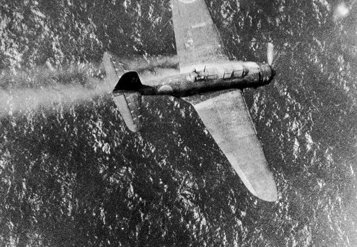 """Торпедоносец B5N2 """"Кейт"""" падает в Тихий океан вблизи острова Трук #Фотографии, #история, #факты, .война"""