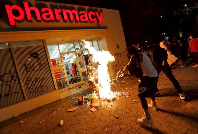 Америка в огне массовых протестов время, акции, протеста, ЛосАнджелесе, машина, Атланте, Мужчина, полиции, полицией, Калифорния, перед, демонстрантов, столкновения, Джорджия, подожжена, Джорджа, Полицейская, НьюЙорка, Центра, плакат