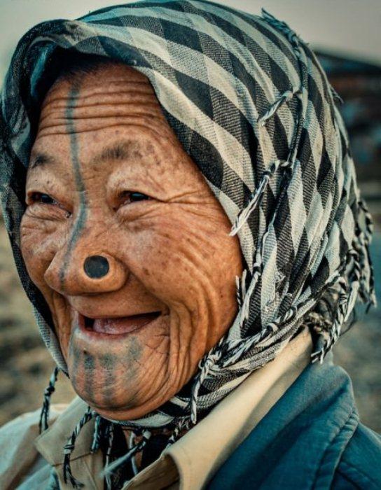Втулки в носу у женщин народа апатани