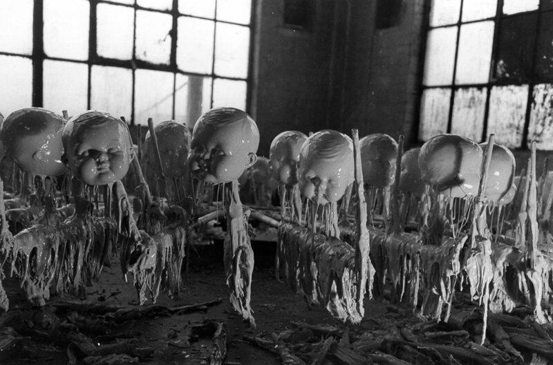 Вновь сформированные кукольные головки сушат на кукольной фабрике.c.1947 история, ретро, фото